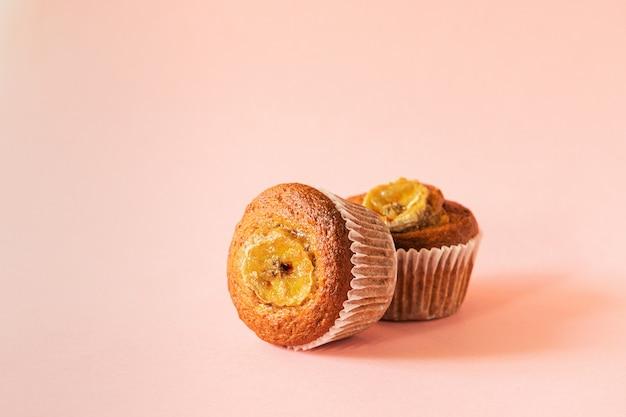 Muffin de banana close-up sobre um fundo rosa. sobremesa saudável vegan.