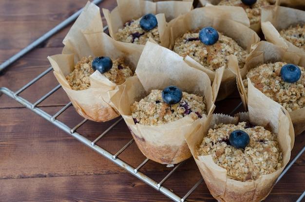 Muffin de blueberry com um fundo desfocado.