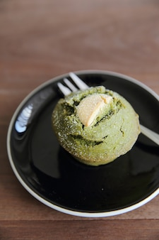 Muffin de chá verde na madeira