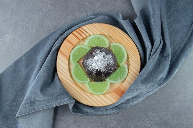 Muffin de chocolate com balas de geleia de frutas