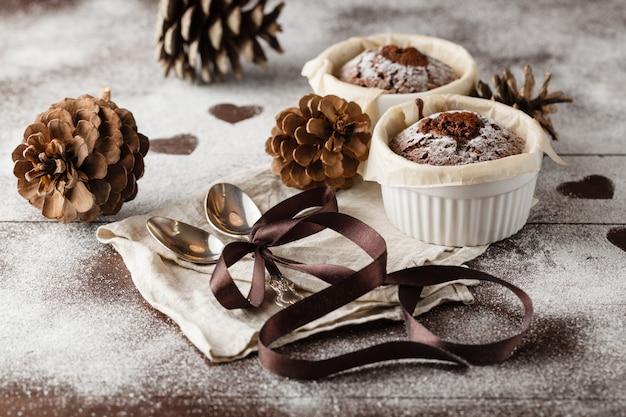 Muffin de chocolate fresco em um ramekin com colher