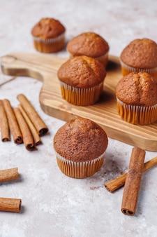 Muffin de chocolate sobre fundo marrom claro, foco seletivo.