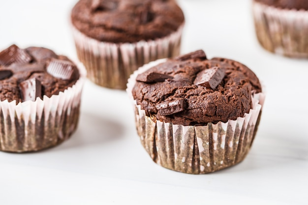 Muffin de chocolate vegan em um copo de papel em branco