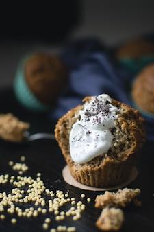 Muffin de papoula com creme e grãos de milho