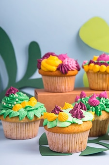 Muffin de sobremesa criativa com decoração creme colorida
