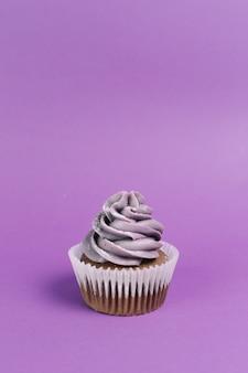 Muffin em fundo violeta