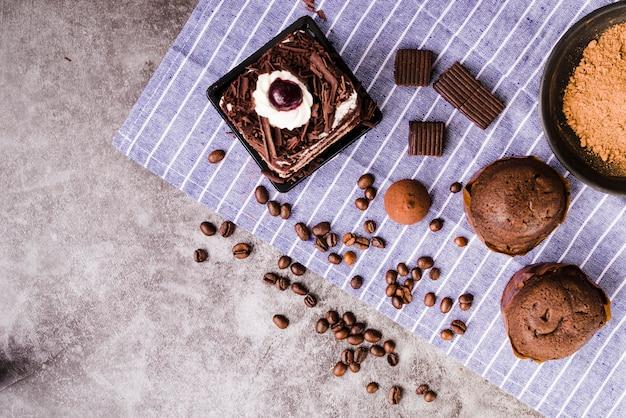 Muffin; fatia de bolo e ingredientes na bancada da cozinha