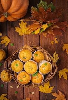 Muffins apetitosos e corados com abóbora e nozes.