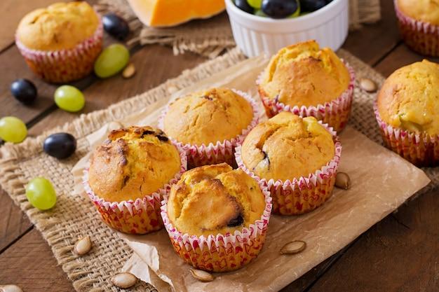 Muffins apetitosos e corados com abóbora e uvas