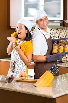Muffins asiáticos de cozimento dos pares na cozinha home