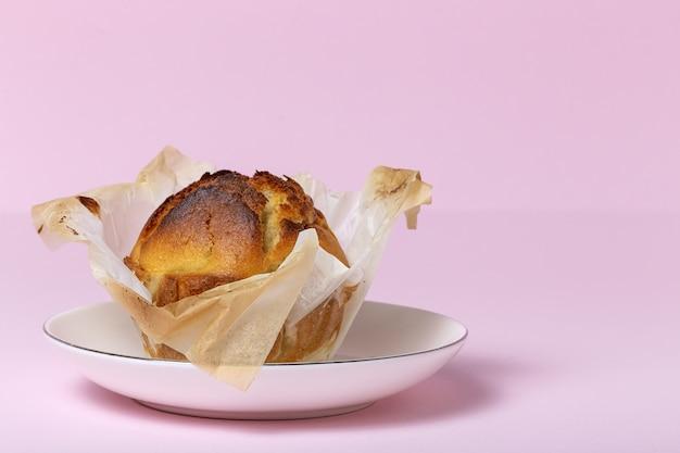 Muffins caseiros com frutas vermelhas e cerejas
