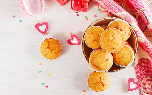 Muffins com abóbora. cupcakes com decoração de dia dos namorados. lay plana. vista do topo.