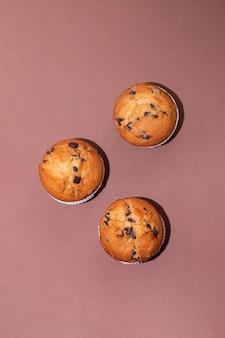 Muffins com chocolate no prato branco sobre fundo de papel