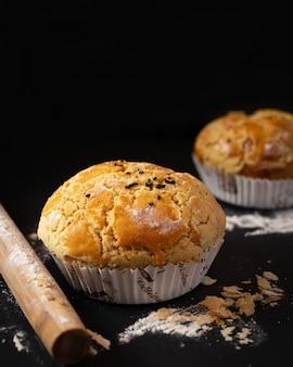 Muffins com cobertura de chocolate no café da manhã