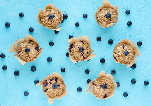 Muffins com mirtilos. postura plana.