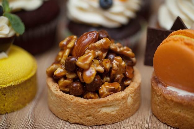 Muffins com nozes em pé sobre uma mesa de madeira