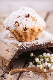 Muffins com passas polvilhadas com açúcar em pó.