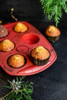 Muffins cupcakes assando bolos caseiros na mesa