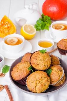 Muffins de abóbora com especiarias e nozes e cranberries