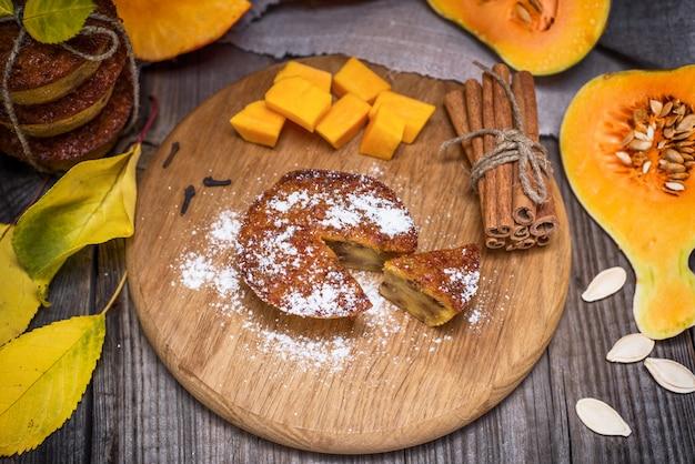Muffins de abóbora e fatias de abóbora frescas