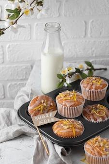 Muffins de ângulo alto na bandeja
