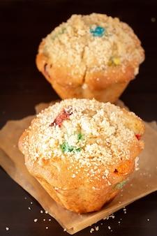 Muffins de aveia de abóbora streusel. fundo marrom escuro de madeira.