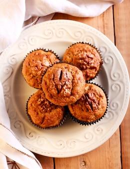 Muffins de aveia, farelo, banana e nozes no prato