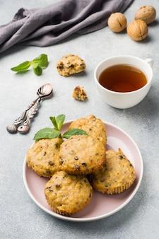 Muffins de aveia vegetariana com mirtilos e nozes em um prato. conceito saudável café da manhã.