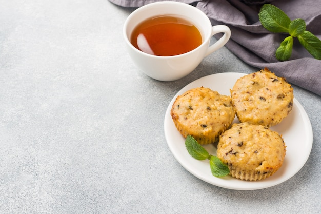 Muffins de aveia vegetariano com mirtilos e nozes em uma placa