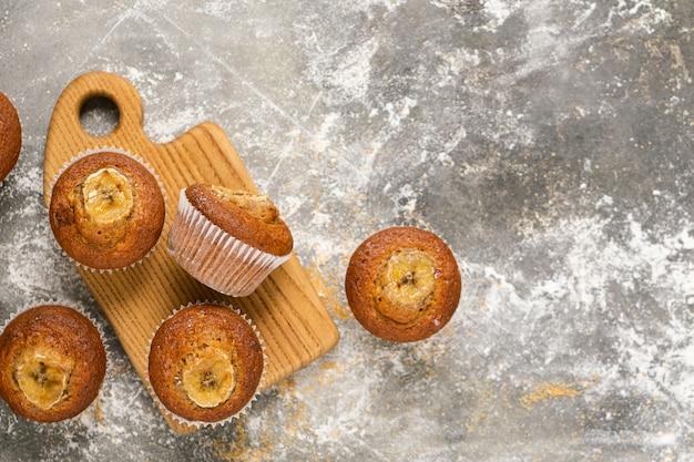 Muffins de banana caseiro estão em um monte em um fundo marrom. sobremesa saudável vegan.