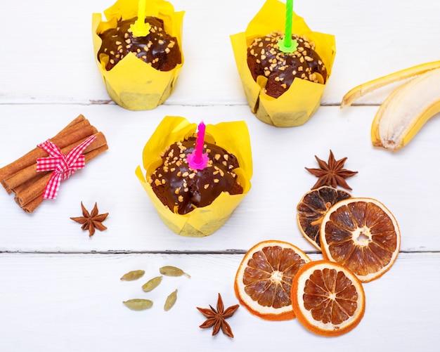 Muffins de banana de chocolate com uma vela