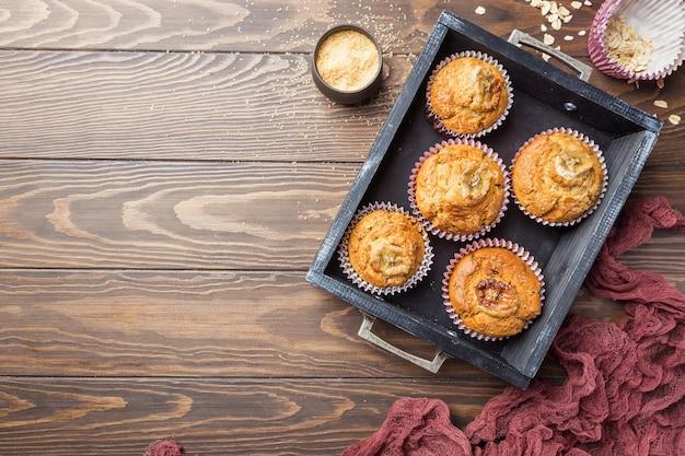 Muffins de banana saudáveis caseiros na mesa de madeira, vista superior