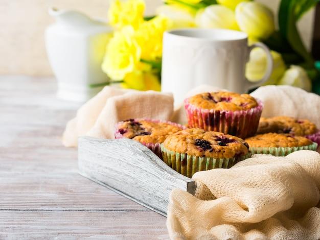 Muffins de berry no café da manhã de guardanapo de bandeja de madeira