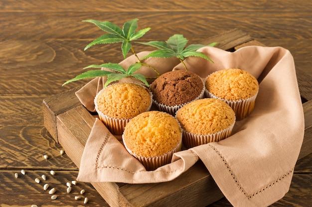 Muffins de bolinho de maconha e folhas de cannabis em um prato branco. feito em casa. orientação horizontal. vista de cima