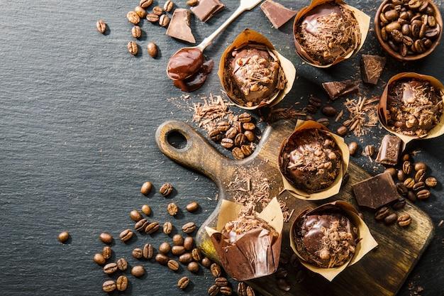 Muffins de chcolate na mesa escura
