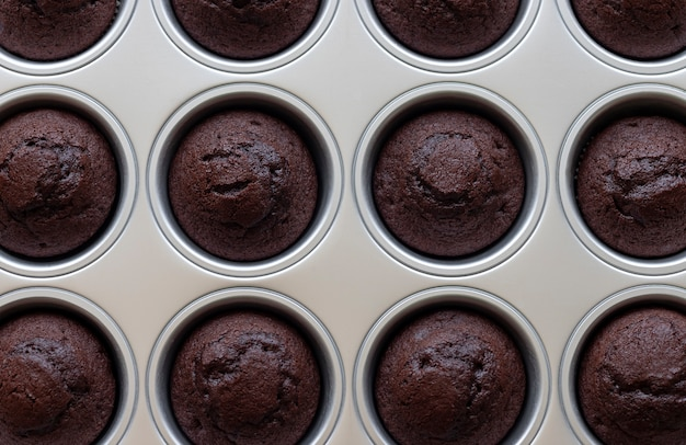 Muffins de chocolate assados close-up