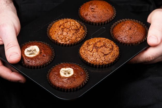 Muffins de chocolate, banana e caramelo caseiros