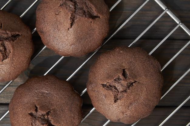 Muffins de chocolate caseiros na grelha do forno de metal.