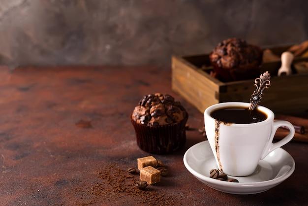 Muffins de chocolate com café em uma caixa de madeira com grãos de café e especiarias