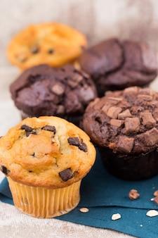 Muffins de chocolate com chocolate vintage, foco seletivo.