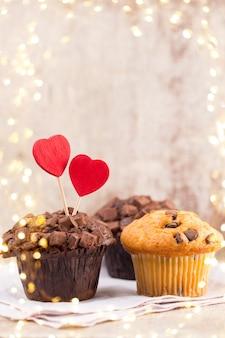 Muffins de chocolate com coração vintage, foco seletivo.