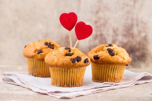 Muffins de chocolate com coração vintage