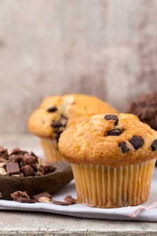 Muffins de chocolate com fundo vintage chocolate, foco seletivo.
