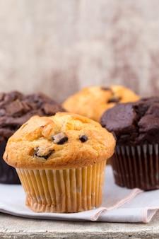 Muffins de chocolate com fundo vintage chocolate, foco seletivo