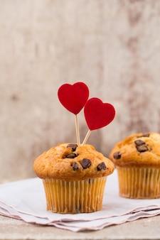 Muffins de chocolate com fundo vintage de coração, foco seletivo.