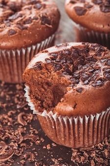 Muffins de chocolate com gotas de chocolate no fundo de madeira closeup