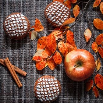 Muffins de chocolate com recheio de maçã, folhas de outono e canela
