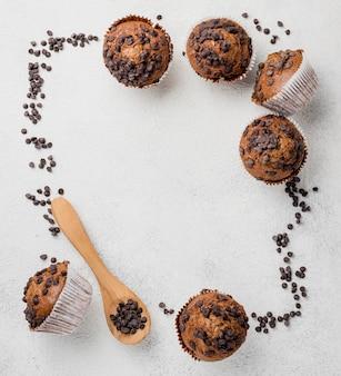 Muffins de chocolate e moldura de chocolate
