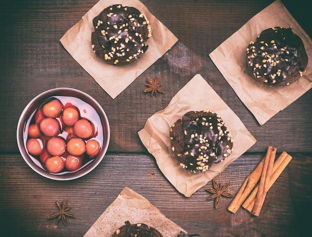 Muffins de chocolate e um prato de cerejas
