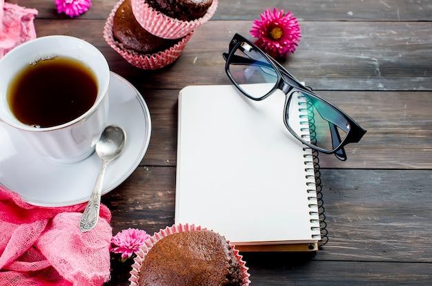 Muffins de chocolate e uma xícara de café